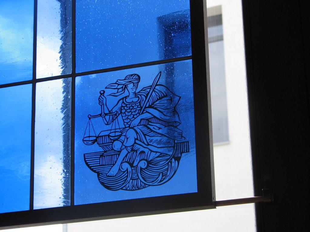 jusztícia ólomüveg festett üveg